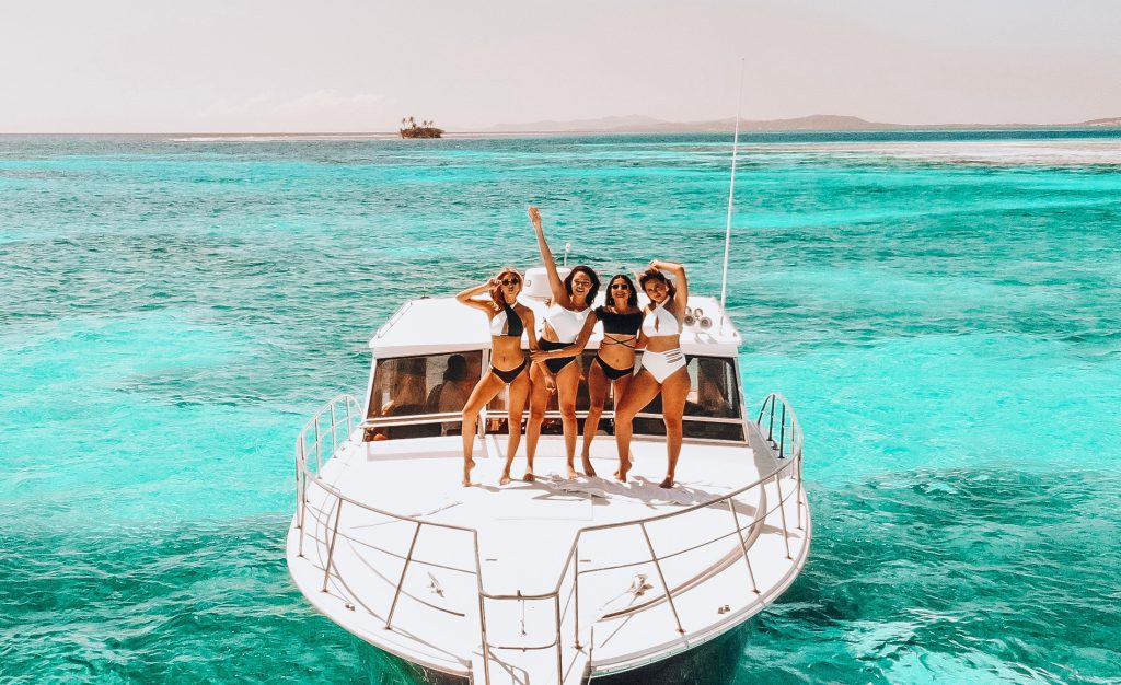 Quatre jeune filles sur un yacht