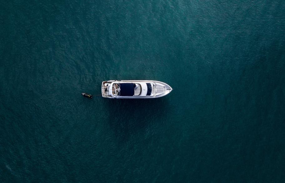 Vue aérienne d'un yacht en pleine mer