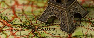 Carte de la France sur laquelle se trouve une Tour Eiffel miniature en métal
