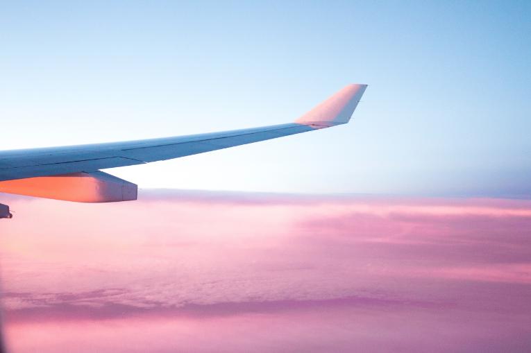 Aile d'avion dans un ciel rosé