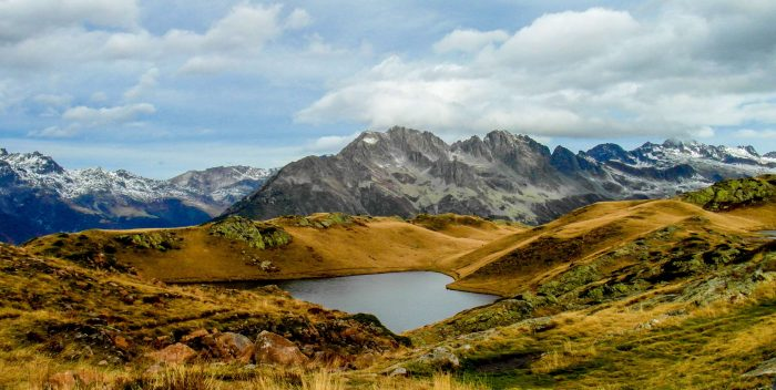 Un paysage de montagne en été