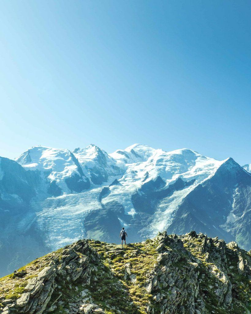 Un homme au sommet d'une montagne